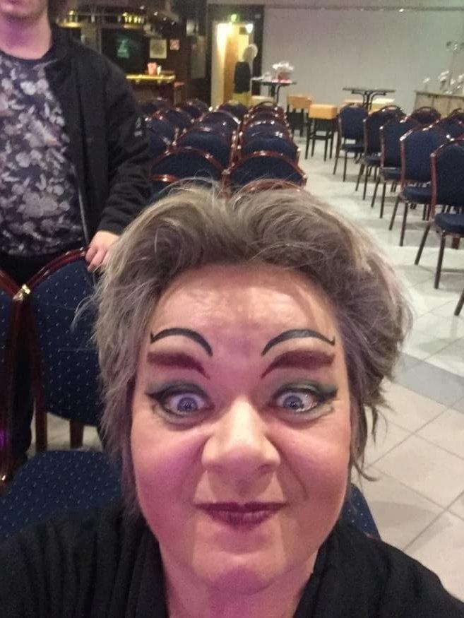 Cobien in opera met make up als Katisha