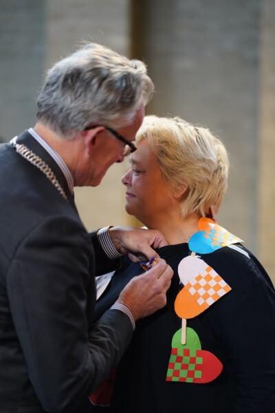 Burgemeester Koen Schuiling speldt lintje op bij Cobien