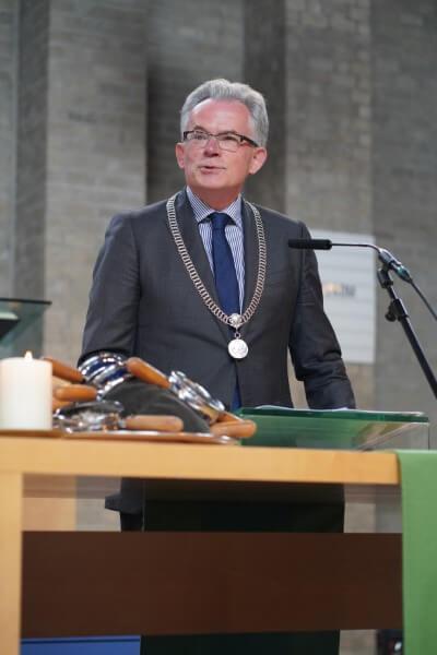 Burgemeester Koen Schuiling tijdens Koninklijke onderscheiding