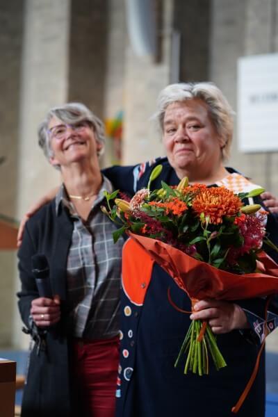 Cobien met bos bloemen tijdens Koninklijke onderscheiding