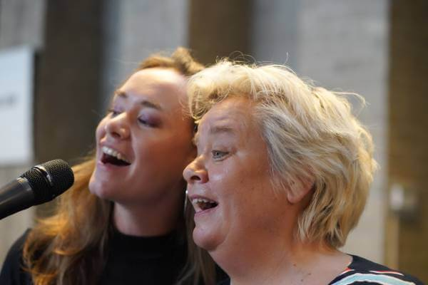 Cobien zingt samen met dochter Emma tijdens Koninklijke onderscheiding