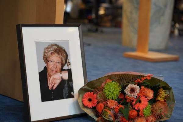 Ingelijste foto van de moeder van Cobien met bos bloemen